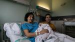 Irene y Víctor, con la pequeña Paula, en el hospital Miguel Servet de Zaragoza.