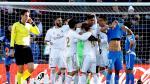Los jugadores del Real Madrid felicitan a su compañero Raphael Varane que consiguió marcar para su equipo durante el partido contra el Getafe