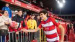 El central aragonés Jesús Vallejo saluda a los aficionados durante su presentación oficial como nuevo jugador del Granada CF. El segundo refuerzo invernal del Granada, que llega cedido por el Real Madrid