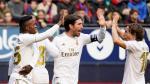 Los jugadores del Real madrid celebran uno de sus goles a Osasuna.