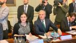 Jorge Azcón junto a en una reunión celebrada este lunes en el Ayuntamiento de la capital aragonesa