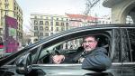 Leo Barbón, uno de los conductores de Cabify, ayer en su primer día de servicio en Zaragoza.