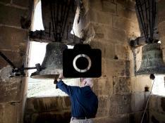 Jesús Morlans palpa la campana mayor de San Salvador, llamada María, en Agüero
