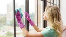 Mujer limpiando cristales