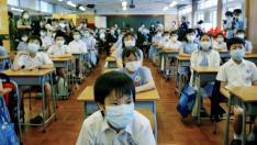Niños con máscaras por el virus del SARS en un colegio de Hong Kong en mayo de 2002.