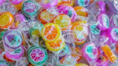 Caramelos con figuras de frutas en su interior.