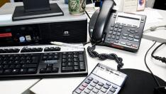 Compara la disposición de los teclados numéricos del ordenador, una calculadora y un teléfono