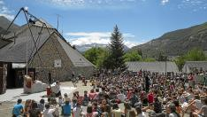 La compañía de circo Capicúa llenó ayer de público el patio de las escuelas de Sallent de Gállego.