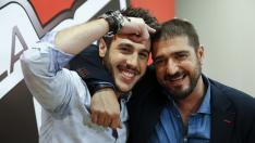 El cantante cordobés Antonio José (izda), ganador de la tercera edición de La Voz, acompañado de su 'coach' Antonio Orozco.