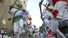 Los Danzantes, durante el tradicional acto de las fiestas de San Lorenzo