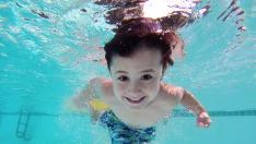 Un niño jugando en la piscina.