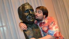 El actor Brays Efe abraza el busto de Paco Martínez Soria.