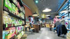 La tienda y cafetería Suralia de comercio justo ofrece, principalmente, productos alimenticios.