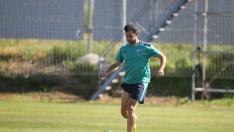 El central riojano Íñigo López se dispone a golpear la pelota durante un entrenamiento del presente curso.