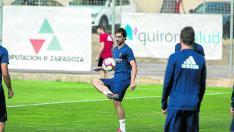 Íñigo Eguaras, durante el entrenamiento de ayer del Real Zaragoza.