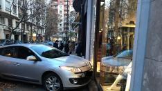 Un coche remonta la acera y choca contra un escaparate en el centro de Zaragoza
