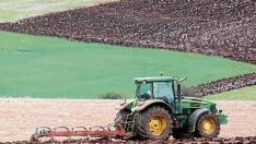 Foto de archivo de un agricultor preparando la tierra para la siembra.