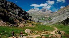 Senderistas realizando la ruta PN 1 por el valle de Ordesa, del Geoparque de Sobrarbe-Pirineos.