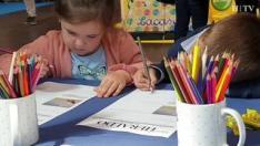 Talleres de periódicos, de cocina o un casting de bebés son algunas de las propuestas que se plantean en 'Menuda Feria', un evento familiar que se celebra este fin de semana en la sala Multiusos de la capital aragonesa.