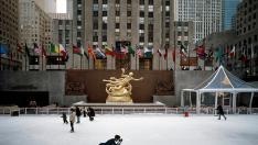 El Rockefeller Center desde la pista de hielo que se instala a sus pies durante la época navideña.