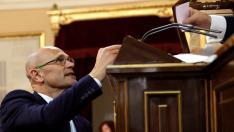 El senador de ERC, Raúl Romeva, en prisión preventiva, deposita su voto durante la sesión constitutiva del Senado.