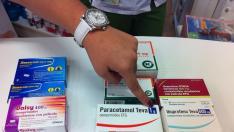 Varias cajetillas de paracetamol e ibuprofeno en una farmacia de Zaragoza. El círculo en la parte superior de estas indica la prohibición de dispensarlas sin receta.