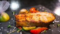Pescado muy hecho, filete de salmón.