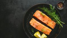 Sartén con filetes del salmón.