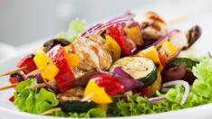 Brocheta de pollo con hortalizas.
