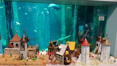 Estos muñecos de plástico protagonizan diversas escenas en el Acuario