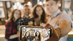 Conseguir que todas las personas que aparecen en el selfi salgan bien es muy difícil.