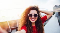 Escoger una luz buena ayudará a disimular imperfecciones en un selfi.