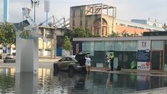 Un turista despistado acaba con su coche en una fuente en Zaragoza.