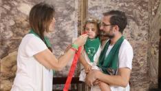 Los niños pueden acercarse a besar la medalla de San Lorenzo en su basílica.