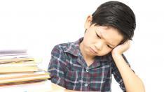 Niño triste por hacer los deberes