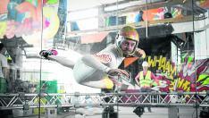 Aldo Comas, uno de los promotores de la instalación, en el túnel de viento que abrirá en Zaragoza