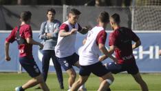 Cristo González conduce el balón entre dos rivales en un entrenamiento de esta semana.