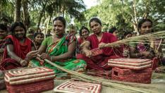 Mujeres elaboran cestas en Bangladesh.