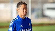 Kagawa mira a la cámara en la Ciudad Deportiva.