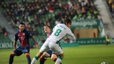 Gonzalo Villar frena a Sergio Gómez durante el partido de Elche.