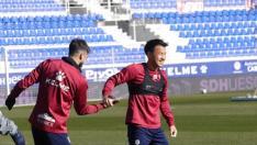 Josué Sá y Okazaki, durante el entrenamiento de este martes en el estadio azulgrana.