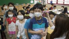 Niños con mascarillas en un colegio de Seúl en Corea del Sur.