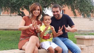 El pequeño Adrián, de 8 años, junto a sus padres, Noelia y Carlos, quienes crearon en 2015 esta fundación para impulsar un registro nacional de casos.