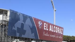 Toldo para tapar el andamiaje de la grada nueva de El Alcoraz