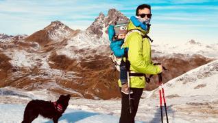 Un papá de excursión con su hijo en el Pirineo.