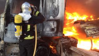 Incendio de un camión de paquetería en la AP-2, cerca de Peñalba.