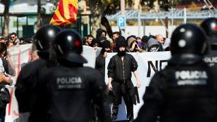 La protesta independentistas contra el acto de Vox finaliza con varios detenidos.