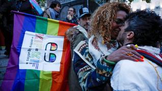 """'Besada' en Madrid para denunciar que el amor """"no se cura""""."""