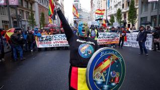 Policías y guardias civiles se manifiestan en Madrid por la equiparación salarial.