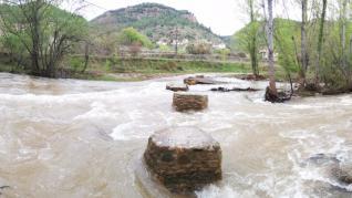 El río Mijares, desbordado, a su paso por el barrio de los Tarrasones, en Olba (Teruel).